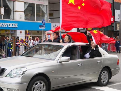 中国旗を振りかざして箱乗り中国人