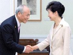 安倍首相より先に硬い握手を交わした土下座外交?の舛添都知事