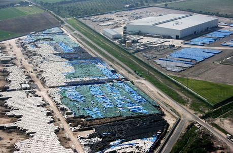 メキシコのアルミニカステ・フンディション・デ・メヒコ社に積まれた100万トンのアルミ