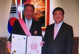 左が電通会長の成田豊 韓国から勲章を貰ってご満悦