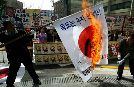 日本国旗を燃やす韓国人