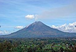 爆発前の富士山のようなシナブン山(標高2460m)
