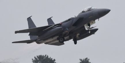 MK84爆弾を抱えたF-15戦闘機