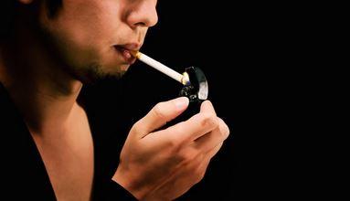 たばこ吸う男性